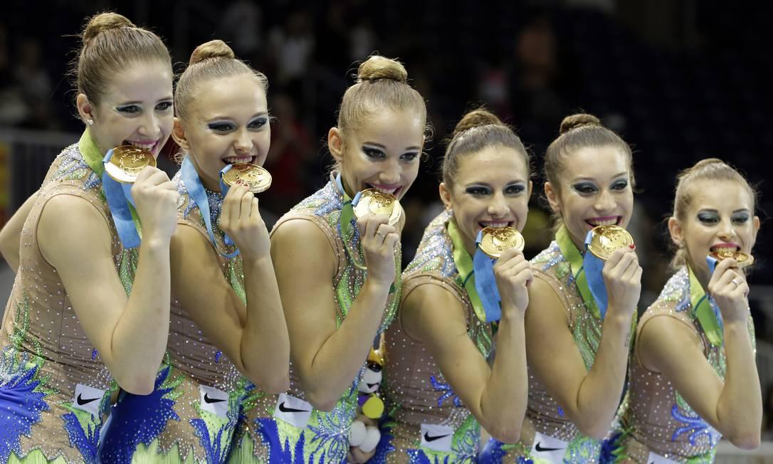 Equipe de ginástica rítmica do Brasil comemora a conquista da medalha de ouro Foto: Gregory Bull / AP