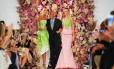 A moda americana perdeu um de seus maiores símbolos na noite desta segunda-feira. Após oito anos lutando contra o câncer, o estilista Oscar de la Renta morreu em sua casa, aos 82 anos. A imagem acima é do desfile de verão 2015, apresentado em setembro, durante a semana de moda de Nova York. O designer aparece ao lado das tops Karlie Kloss e Daria Strokous