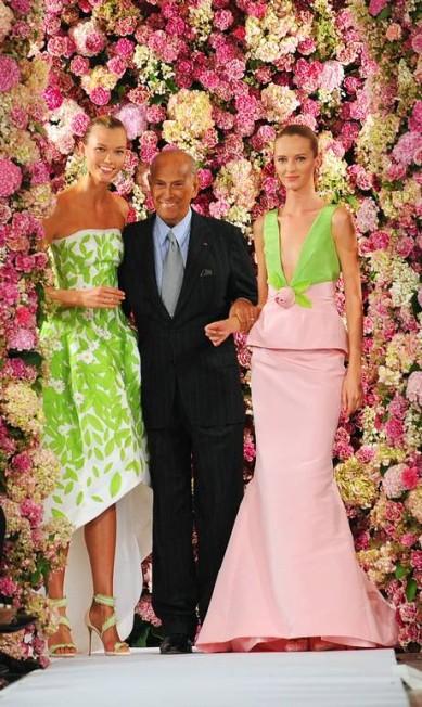 A moda americana perdeu um de seus maiores símbolos na noite desta segunda-feira. Após oito anos lutando contra o câncer, o estilista Oscar de la Renta morreu em sua casa, aos 82 anos. A imagem acima é do desfile de verão 2015, apresentado em setembro, durante a semana de moda de Nova York. O designer aparece ao lado das tops Karlie Kloss e Daria Strokous Diane Bondareff / AP