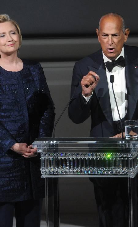 Ao lado de Hillary Clinton no palco do CFDA Fashion Awards Foto: Brad Barket / Brad Barket/Invision/AP