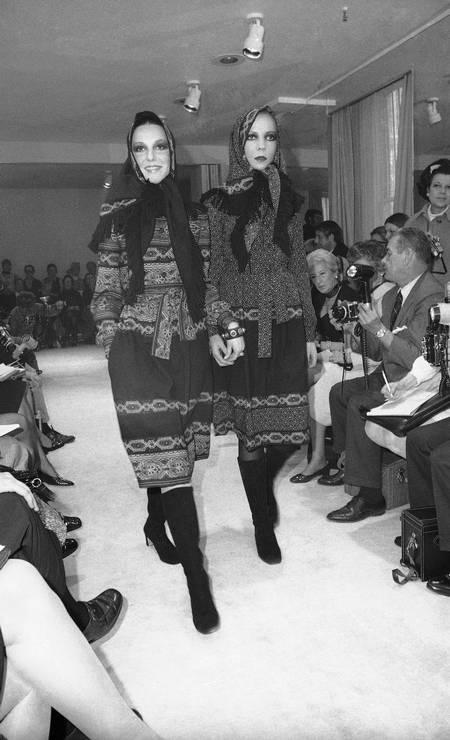 Looks de um desfile de Oscar realizado em maio de 1970. À direita, a modelo e socialite Penelope Tree Foto: J. Spencer Jones / AP