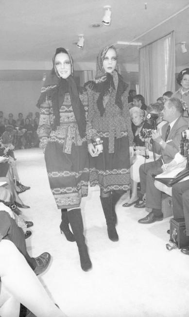 Looks de um desfile de Oscar realizado em maio de 1970. À direita, a modelo e socialite Penelope Tree J. Spencer Jones / AP