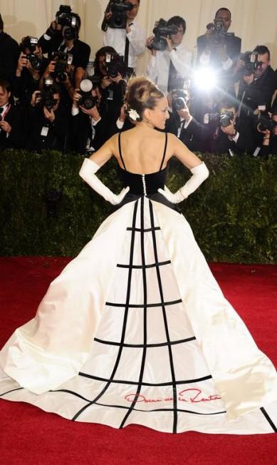 Na edição de 2014 do baile de gala do MET, Sarah Jessica Parker roubou a cena com um look poderoso e dramático de Oscar de la Renta Charles Sykes / Charles Sykes/Invision/AP