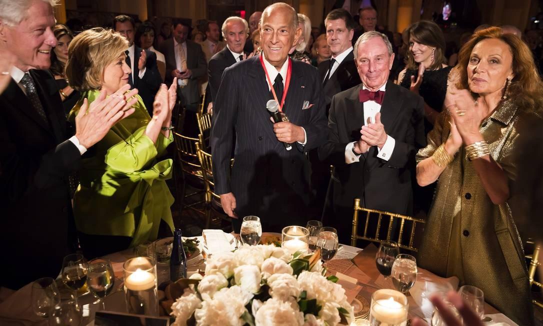 Em abril de 2014, Oscar se reuniu com Bill e Hillary Clinton, Michael Bloomberg e Diane von Furstenberg no Medal of Excellence Gala, em Nova York. O estilista era um dos favoritos das socialites e estrelas de cinema Foto: Chris Lee / AP