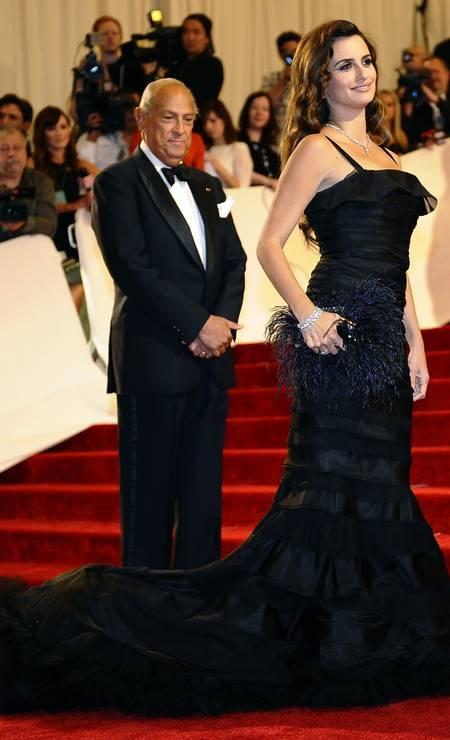 No baile de gala do MET de 2011, Oscar surgiu no tapete vermelho acompanhado de Penélope Cruz Foto: TIMOTHY A. CLARY / AFP