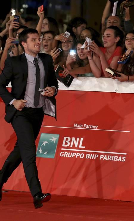 """O ator Josh Hutcherson, de """"Escobar: Paradise Lost"""", deu até uma corridinha no red carpet ALESSANDRO BIANCHI / REUTERS"""