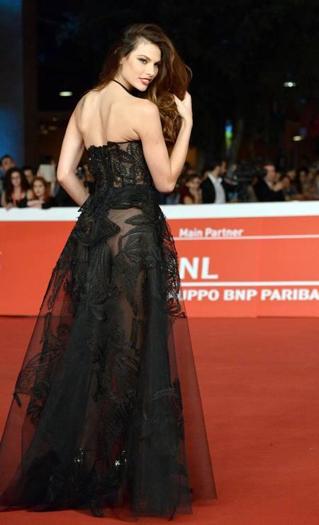 A modelo brasileira Dayane Mello roubou a cena com look fatal e transparente TIZIANA FABI / AFP