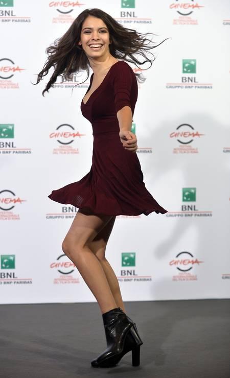 "A atriz Claudia Traisac estava animada durante a coletiva de ""Escobar: Paradise Lost"" TIZIANA FABI / AFP"