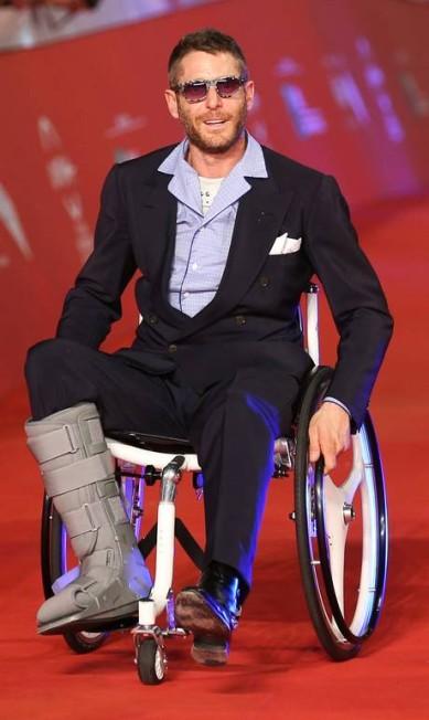 Lapo Elkann, herdeiro da Fiat, surgiu com o pé imobilizado e cadeira de rodas no tapete vermelho do evento, relembrando Kristen Stewart, que apareceu de muletas no Oscar 2013 ALESSANDRO BIANCHI / REUTERS