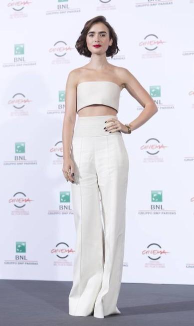 Antes, na coletiva de imprensa, Lily surgiu com look branco, com uma calça que arrastava no chão Domenico Stinellis / AP