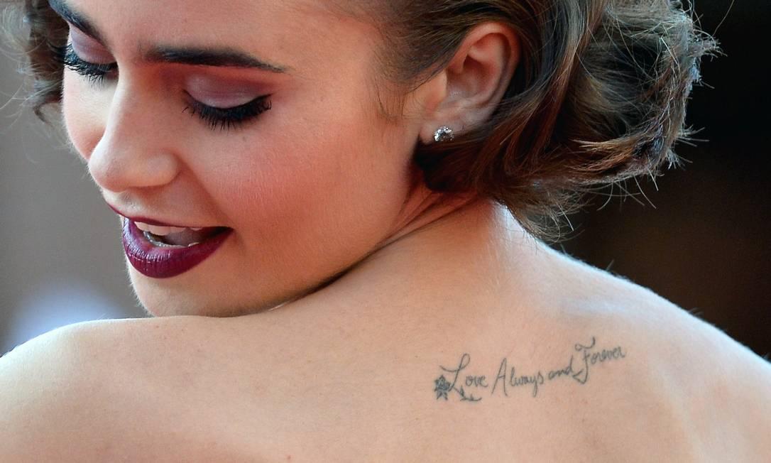 """A jovem atriz também fez questão de exibir sua tatuagem: """"Love always and forever"""" TIZIANA FABI / AFP"""