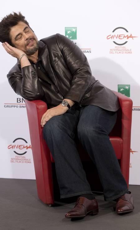"""Durante a coletiva do filme """"Escobar: Paradise Lost"""", Benicio del Toro fez gracinha para as câmeras. O bom humor deu o tom no Festival Internacional de Cinema de Roma Alessandra Tarantino / AP"""