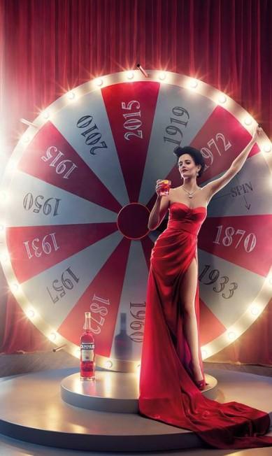 """Eva Green mostrou que continua com tudo em cima como quando interpretou a bond girl em """"007 - Casino Royale"""". Na capa do calendário Campari edição de 2015, ela exibiu as pernas numa fenda poderosa Divulgação / Campari"""