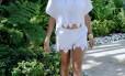 Segundo as passarelas de Paris, o look total branco vem com tudo no verão. Beyoncé, esperta que é, já adotou a tendência. No clique, ela combinou o shortinho e o top cropped claros com acessórios dourados. A rasteirinha é uma graça