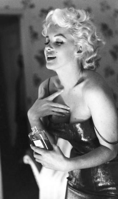 """Marilyn imortalizou a fragrância Chanel N° 5 ao dizer que uma gota do perfume era sua """"roupa"""" de dormir. Nada mais sensual, não? Mas, para ser sexy, não é preciso usar o mesmo produto. Você tem é que se sentir bem com sua escolha. A dica é: use umas gotinhas e espere 30 minutos antes de bater antes de comprar o perfume. Se ainda estiver apaixonada pelo cheiro, pronto: você achou sua marca registrada. Reprodução / Allure"""