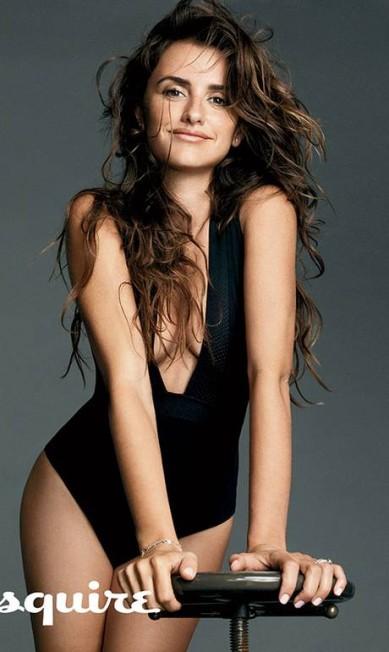 """A atriz posou sensual para a revista, mas não quis dar declaração sobre o casamento com Javier Bardem: """"isso é coisa nossa"""" Divulgação / Esquire"""
