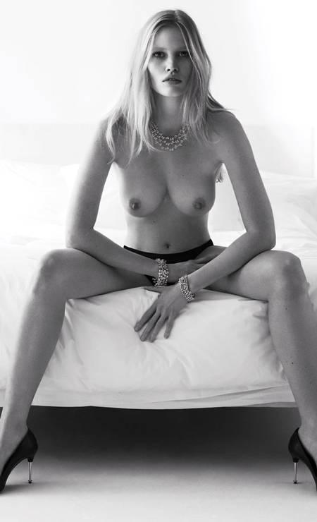 """Lara Stone de topless na """"W"""" Foto: Divulgação / W"""