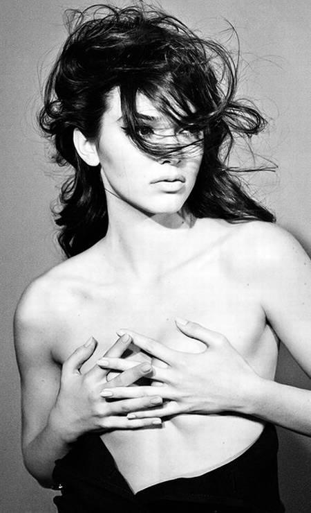 """Para quem torce o nariz para as escolhas fashion do clã Kardashian, existe Kendall Jenner para mostrar que a família está, sim, caindo no gosto da alta moda. A irmã de Kim, de 18 anos, é uma das estrelas da revista """"Interview"""" de junho, em ensaio bem sexy Foto: Divulgação / Interview"""