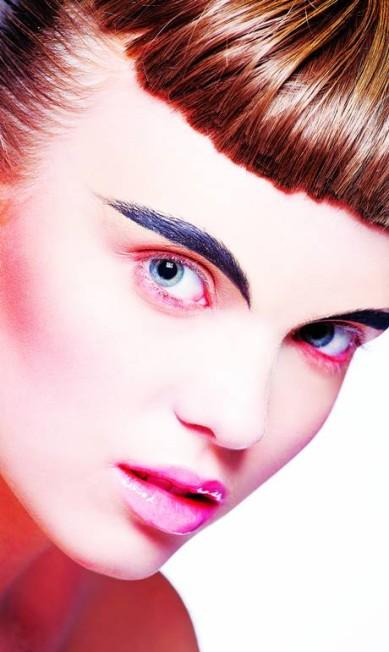 Sobrancelhas marcadas e toque néon: estas são as palavras de ordem da maquiagem no verão 2015. Com exclusividade para o ELA, a maquiadora sênior da M.A.C., Fabiana Gomes, comandou um ensaio cheio de inspiração /// MAQUIAGEM: FABIANA GOMES. APOIO À MAQUIAGEM: JAKE FALCHI. CABELO: TEO MIRANDA (BESOCIETY MGT). MODELOS: NICOLI FURST E TAINÁ OLIVEIRA Brunel Galhego Ricci