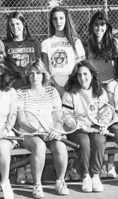 Lisa Kudrow (de pé, ao centro), a Phoebe Buffay, de Friends, também curtia uma partida de tênis Reprodução / Anuário escolar