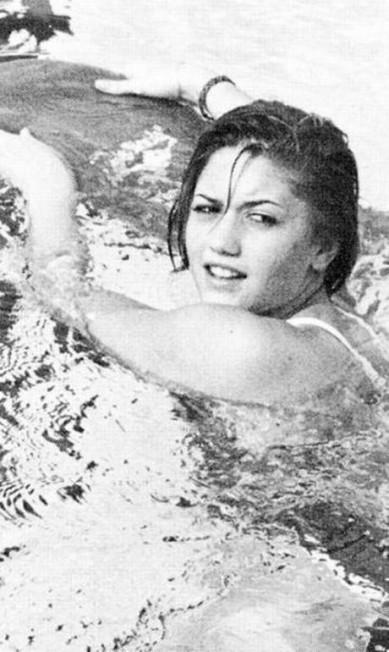 Gwen Stefani, a vocalista do No Doubt, era adepta da natação durante o Ensino Médio Reprodução / Anuário escolar