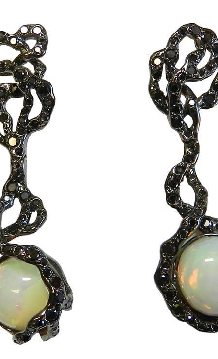 Brinco cipó com brilhante negro e opala, da Miriam Kimelblat Divulgação