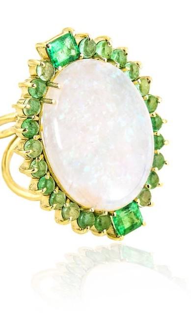 Anel Espelho, espelho meu com esmeraldas e opala, da Yara Figueiredo Divulgação