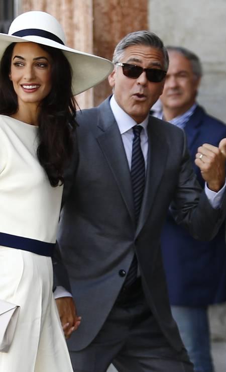 Para o casamento civil, Amal escolheu um conjunto de calça e blusa PIERRE TEYSSOT / AFP
