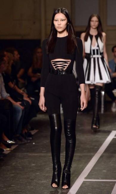 Uma mulher sexy, forte, com um quê de dominatrix foi a proposta da Givenchy para a primavera/verão 2015 BERTRAND GUAY / AFP