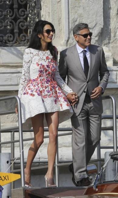 Os modelitos de Amal também tem chamado a atenção. No domingo, ela vestiu um look Giambattista Valli bastante elogiado ALESSANDRO BIANCHI / REUTERS