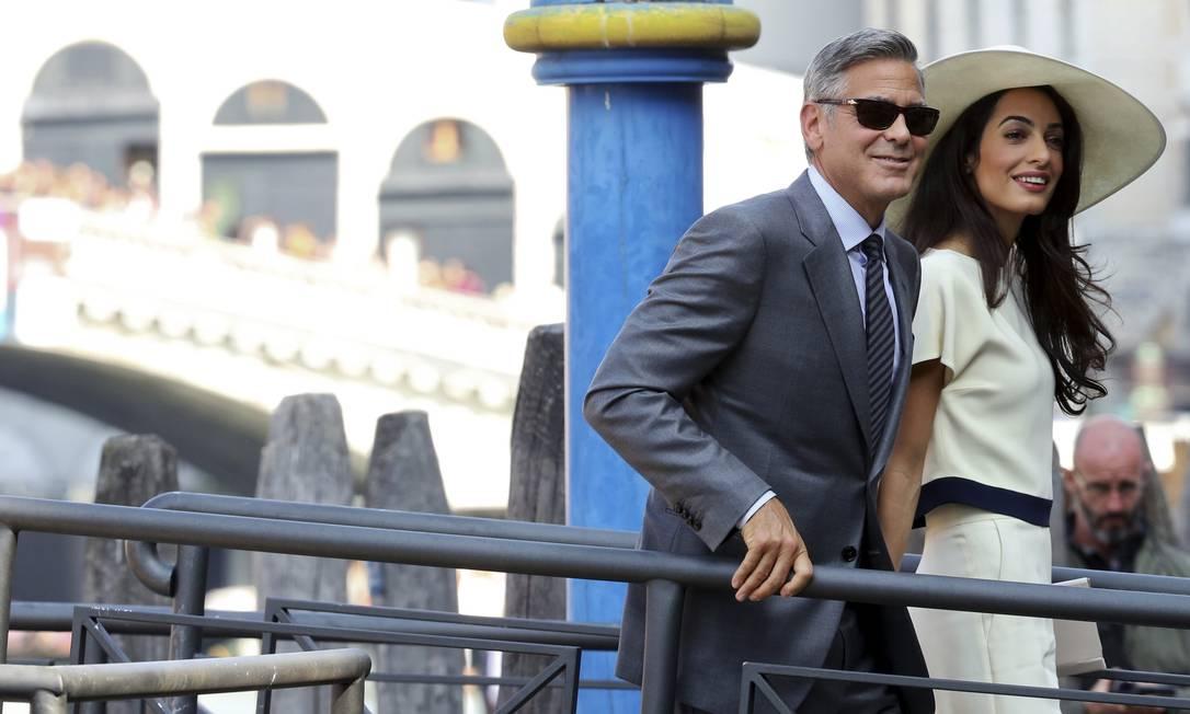A viagem de George Clooney e Amal Alamuddin para formalizar a união em Veneza ainda está rendendo! O casal foi fotografado na manhã desta segunda a caminho da prefeitura da cidade italiana para a cerimônia civil ALESSANDRO BIANCHI / REUTERS