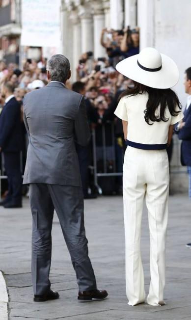 Uma multidão se reuniu na porta do Ca Farsetti para ver o casal PIERRE TEYSSOT / AFP