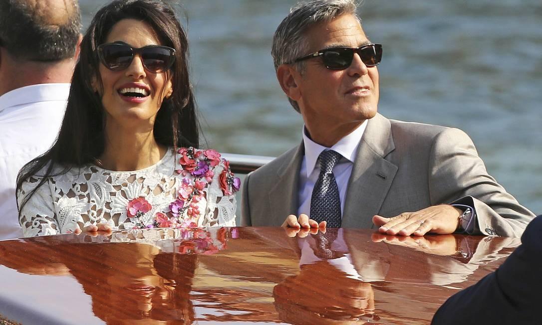 Casados e felizes! Após um glamouroso casamento no sábado, George Clooney e Amal Alamuddin foram vistos passeando em Veneza neste domingo Foto: ALESSANDRO BIANCHI / REUTERS