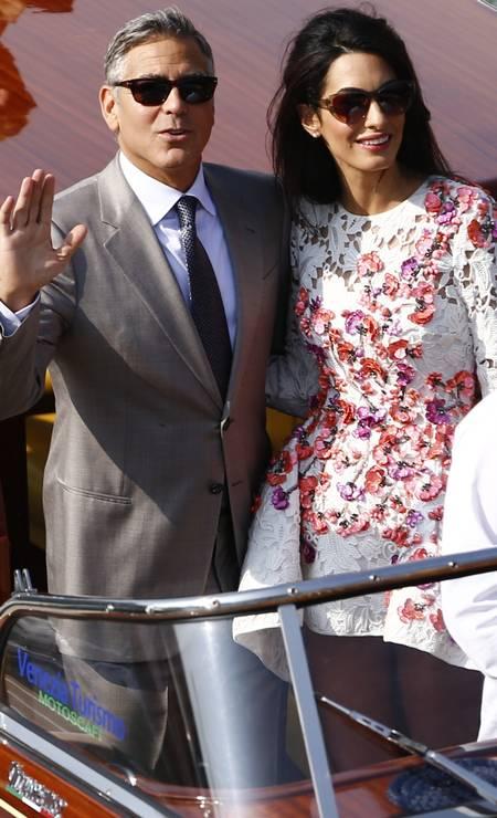 O casal acenou para a multidão que observava os dois da ponte do canal Foto: PIERRE TEYSSOT / AFP