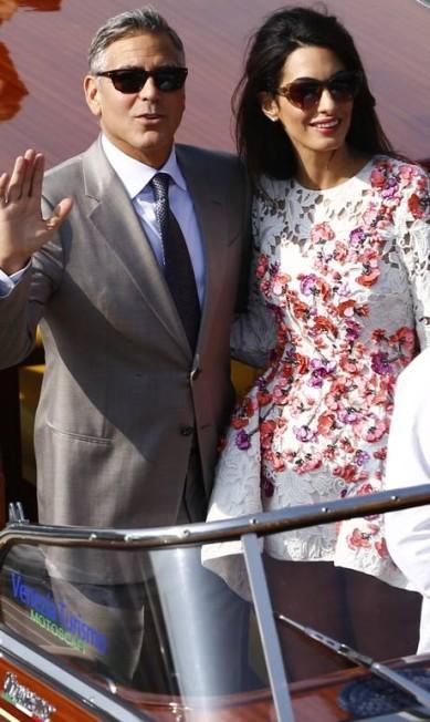 O casal acenou para a multidão que observava os dois da ponte do canal PIERRE TEYSSOT / AFP