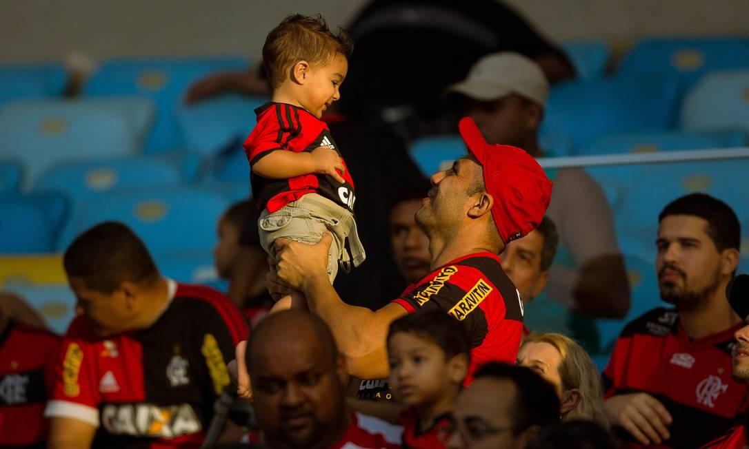 Torcedor brinca com um menino antes da partida Daniel Marenco / Agência O Globo