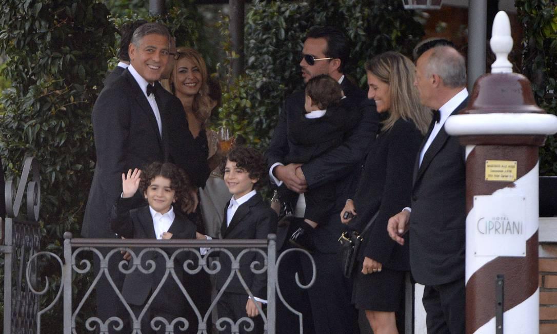 Clooney se despede de convidados antes de deixar o Hotel Cipriani. Após a cerimônia, uma festa no Hotel Aman deu continuidade ao evento ANDREAS SOLARO / AFP