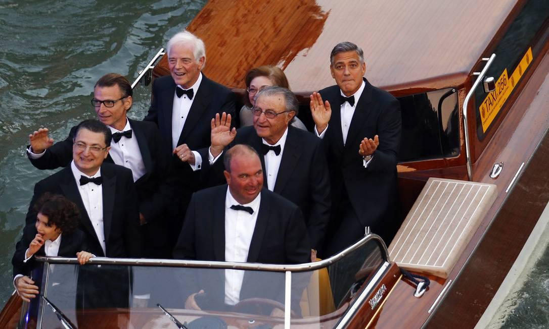 O ator bate palmas ao lado de convidados em balsa no Grand Canal STEFANO RELLANDINI / REUTERS