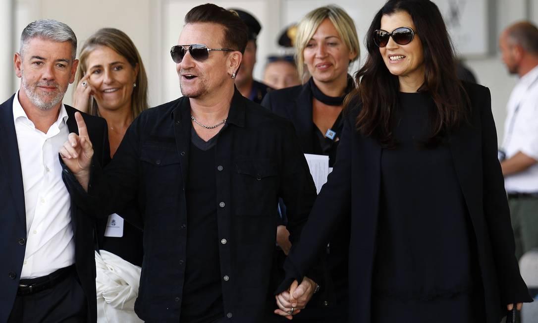 O cantor Bono Vox, do U2, foi visto neste sábado com a mulher, Ali Hewson, embarcando em uma balsa que vai transportar os convidados para a cerimônia STEFANO RELLANDINI / REUTERS