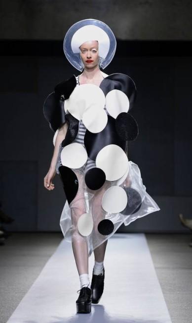 'Afilhado' fashion de Rei Kawakubo, da Comme des Garçons, o estilista japonês Junya Watanabe apresentou uma coleção conceitual e pop BERTRAND GUAY / AFP