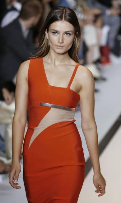 A modelo romena Andreea Diaconu também brilhou na passarela da Mugler PATRICK KOVARIK / AFP