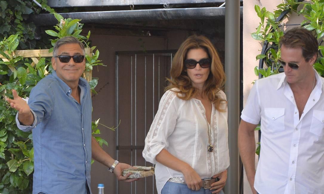 Pela manhã, Clooney já estava recuperado, e foi visto com a top model Cindy Crawford e o marido dela, Rande Gerber, no café da manhã do Cipriani Hotel ANDREAS SOLARO / AFP