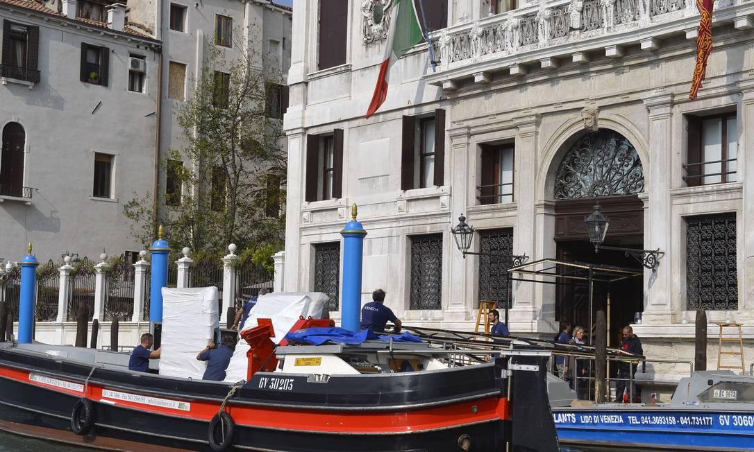 Nesta manhã, operários foram vistos levando equipamentos para dentro do hotel onde Clooney e Amal Alamuddin estão hospedados ANDREAS SOLARO / AFP