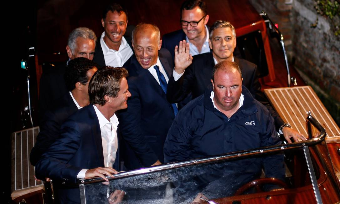 George Clooney não poderia deixar a sua última noite solteiro passar em branco. O ator deu uma festa só para os homens, no restaurante Da Ivo, em Veneza Pierre Teyssot / AFP