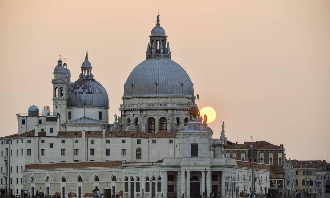 Pôr do sol em Punta della Dogana em Veneza: casamento de Clooney está mobilizando a cidade inteira ANDREAS SOLARO / AFP