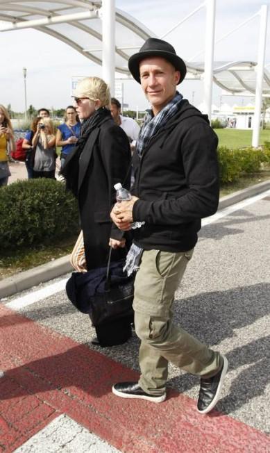 Ellen Barkin e Gabriel Byrne durante o desembarque no Aeroporto Marco Polo, em Veneza Pierre Teyssot / AFP