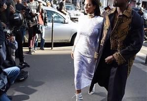 Kim e Kanye chegam à semana de moda de Paris, em foto publicada nesta sexta-feira no Instagram da socialite Foto: Reprodução/Instagram