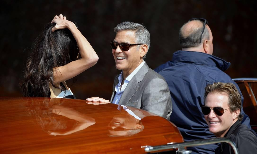 Clooney se diverte conversando com Amal ANDREAS SOLARO / AFP