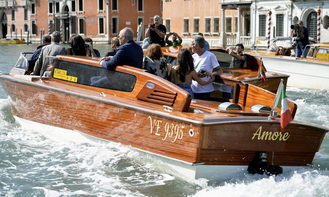 """O barco, """"Amore"""", parece ter sido especialmente para o casal, que curte seus últimos momentos de solteiro ANDREAS SOLARO / AFP"""