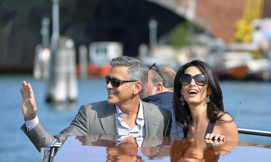 Bem-humorado, George Clooney esbanjou simpatia no passeio e acenou para os fãs ANDREAS SOLARO / AFP